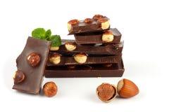 Dolci delle caramelle di cioccolato con la nocciola isolata su bianco Immagini Stock