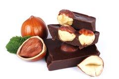 Dolci delle caramelle di cioccolato con la nocciola su bianco Immagine Stock