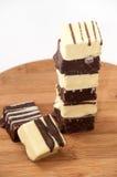 Dolci di cioccolato in bianco e nero su un bordo di legno della cucina Fotografia Stock Libera da Diritti