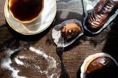 Dolci di cioccolato e della tazza di caffè Fotografie Stock Libere da Diritti