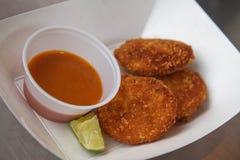 Dolci di granchio serviti con salsa ed il limone immagini stock libere da diritti