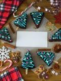 Dolci di miele decorati come gli alberi di Natale ed attributi del nuovo anno Fotografia Stock Libera da Diritti