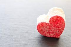 Dolci di noce di cocco del biglietto di S. Valentino su un backgraund brullo Fotografie Stock