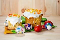 Dolci di Pasqua ed uova dipinte su una tavola di legno Immagine Stock Libera da Diritti