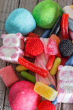 Dolci e caramelle con gli ambiti di provenienza variopinti Fotografie Stock