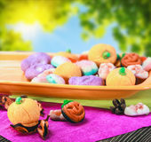 Dolci e caramelle per Halloween felice su un fondo bianco Fotografie Stock