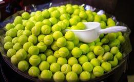 Dolci e caramelle sotto forma di palline da tennis sulla vendita in un negozio fotografie stock libere da diritti