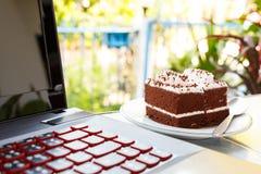 Dolci e computer portatile di cioccolato Fotografia Stock