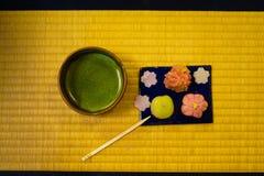 Dolci e tè verde giapponesi che è stato disposto sul tatami fotografia stock libera da diritti