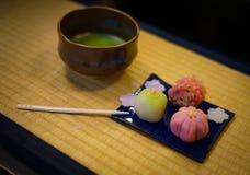 Dolci e tè verde giapponesi che è stato disposto sul tatami fotografia stock