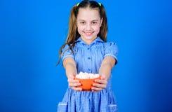 dolci ed ossequi felici di amore del piccolo bambino Caramella gommosa e molle Il negozio di Candy La piccola ragazza mangia la c fotografia stock