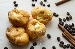 Dolci fatti, chicchi di caffè, bastoni di cannella su un fondo beige Immagine Stock Libera da Diritti