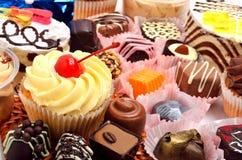 Dolci, muffin e dolci del cioccolato Fotografia Stock Libera da Diritti
