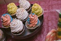 Dolci multicolori sul buffet di Candy con i bigné, i biscotti e marzo Fotografia Stock Libera da Diritti