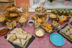 Dolci multicolori sul buffet di Candy con i bigné, i biscotti e marzo Fotografie Stock