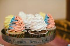 Dolci multicolori sul buffet di Candy con i bigné, i biscotti e marzo Immagini Stock Libere da Diritti
