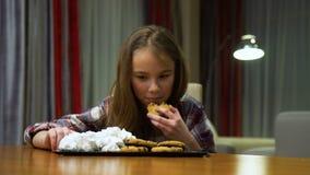 Dolci non sani di abitudini di nutrizione del bambino che mangiano troppo video d archivio