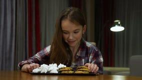 Dolci non sani di cibo di dipendenza dello zucchero del bambino archivi video