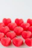 Dolci rossi di Candy del cuore di giorno di biglietti di S. Valentino verticali Fotografia Stock