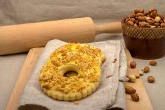 Dolci rotondi casalinghi con le arachidi schiacciate Fotografie Stock Libere da Diritti