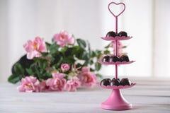 Dolci saporiti dei 's del biglietto di S. Valentino con le rose Immagini Stock