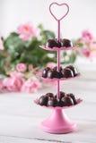 Dolci saporiti dei 's del biglietto di S. Valentino con le rose Fotografia Stock