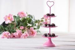 Dolci saporiti dei 's del biglietto di S. Valentino con le rose Fotografie Stock Libere da Diritti