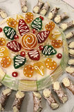 Dolci siciliani tradizionali - Cassata siciliano con piccolo Cannoli Immagine Stock
