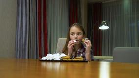 Dolci squilibrati di abitudini alimentari del bambino che mangiano troppo video d archivio