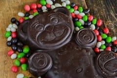Dolci stagionali deliziosi: figura orsi e molta caramella del cioccolato Il concetto dei dolci di Pasqua Immagini Stock