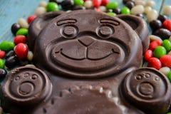 Dolci stagionali deliziosi: figura orsi e molta caramella del cioccolato Il concetto dei dolci di Pasqua Immagine Stock Libera da Diritti