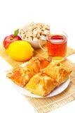 Dolci su un piatto, tè nero, limone, mela rossa, zucchero bruno in Th Immagine Stock