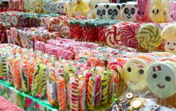 Dolci variopinti deliziosi fatti a mano - lecca-lecca Ossequio di Eco Fiera - una mostra dell'aria aperta piega degli artigiani fotografia stock libera da diritti