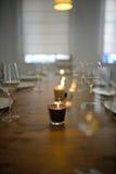 Dold äta middag tabell med den vinexponeringsglas och stearinljuset Royaltyfri Foto