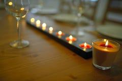 Dold äta middag tabell med den vinexponeringsglas och stearinljuset Arkivfoto