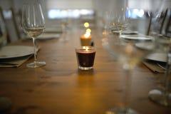 Dold äta middag tabell med den vinexponeringsglas och stearinljuset Royaltyfria Bilder
