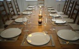 Dold äta middag tabell med vinexponeringsglas Royaltyfri Fotografi