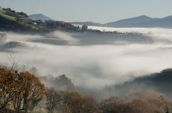Dold dal för dimma i baskisk landssida royaltyfri foto