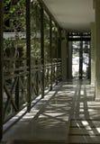 Dold gångbana längs huset i en solig semesterort Tänd och skugga, en härlig modell av skuggor contrast Royaltyfri Fotografi