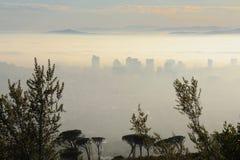Dold stad för mist i morgonen royaltyfri fotografi