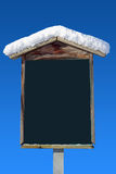 Dold trävägvisare för snö och blå himmel Royaltyfri Fotografi