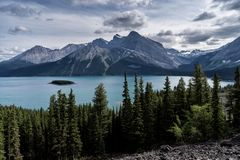 Dolda berg för glaciär av Peter Lougheed Provincial Park Kananaskis sjöar, Alberta Kanada royaltyfria bilder