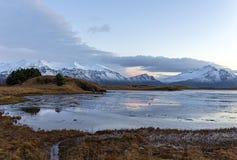 Dolda berg för snö i Island på vintern Jokulsarlon vinter royaltyfri fotografi