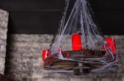 Dolda kandelaber för spindelnät med röda stearinljus Royaltyfri Fotografi