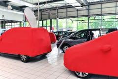 Dolda nya bilar i försäljningsområdet av en bilåterförsäljare Arkivbild