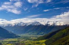 Dolda Ortler för snö berg i vår royaltyfri bild