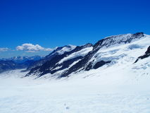 Dolda schweiziska fjällängar för snö Royaltyfri Foto