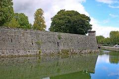 Dole-Stadtmauern, Frankreich stockbilder