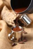 Dolewania ciekły kakao w filiżankę zdjęcia royalty free