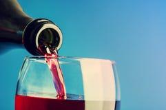 Dolewania czerwone wino Zdjęcia Stock